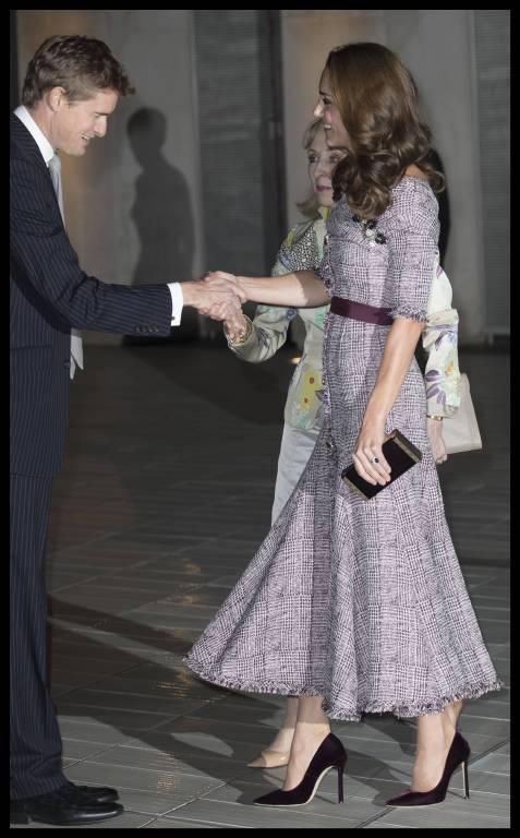 Der Schnitt des Kleides und die High Heels lassen die 1,75 Meter große Herzogin noch größer wirken.  ©imago/i Images