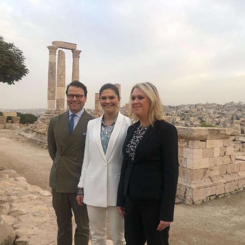 Kronprinzessin Victoria und Prinz Daniel mit der schwedischen Politikerin Lena Hallengren vor der Zitadelle von Amman.  ©Kungl. Hovstaterna