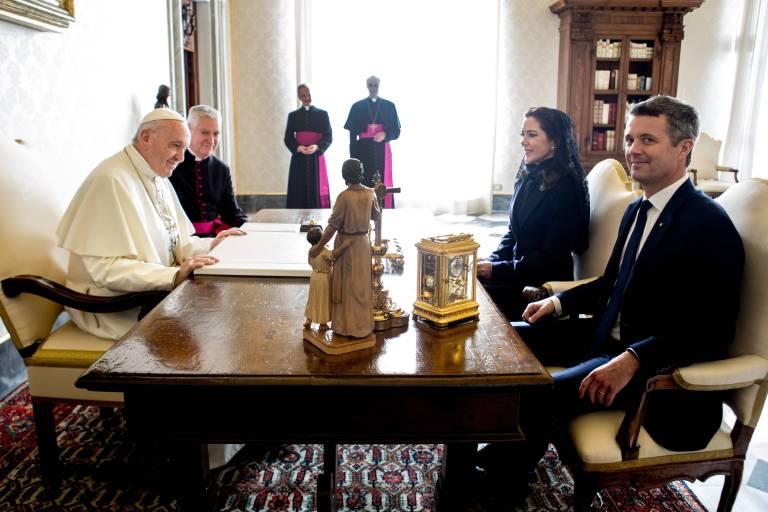 Der Papst und die dänischen Royals tauschten bei der Audienz Geschenke aus.  ©imago stock & people