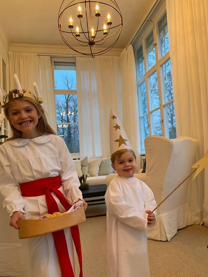 Prinzessin Estelle und Prinz Oscar strahlen über beide Ohren. Ihnen gefällt das traditionelle Lichterfest sichtlich.  ©H.K.H. Kronprinsessan