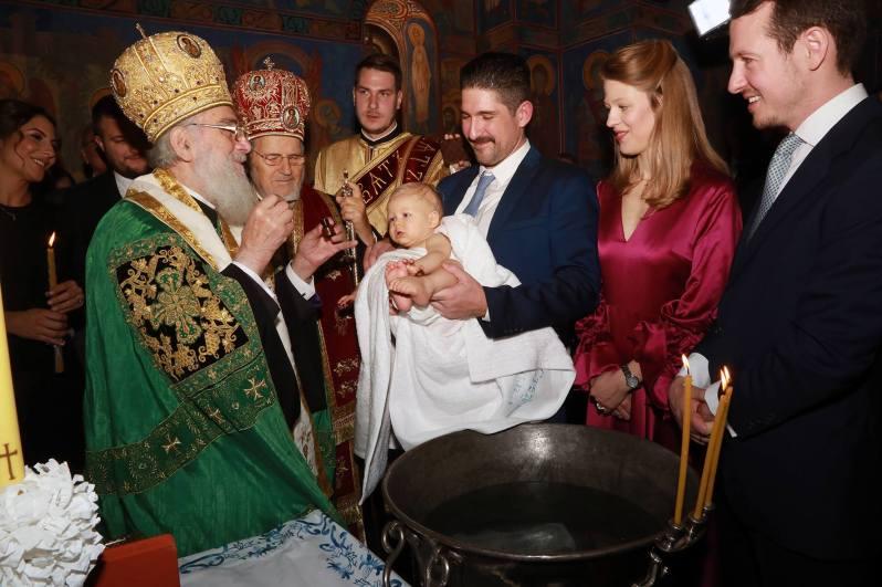 Taufpate Prinz Alexander hält seinen Neffen Prinz Stefan im Arm, während er seinen Segen erhält. Prinzessin Danica und Prinz Philip beobachten die Zeremonie gespannt.  ©Royal Family Serbia