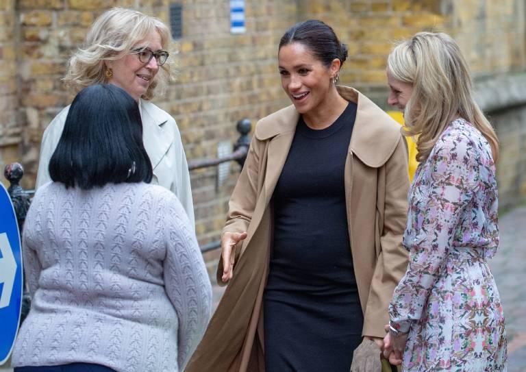"""Herzlich begrüßte Herzogin Meghan die Mitarbeiterinnen der preisgekrönten """"Smart Works Charity"""".  ©imago/i Images"""