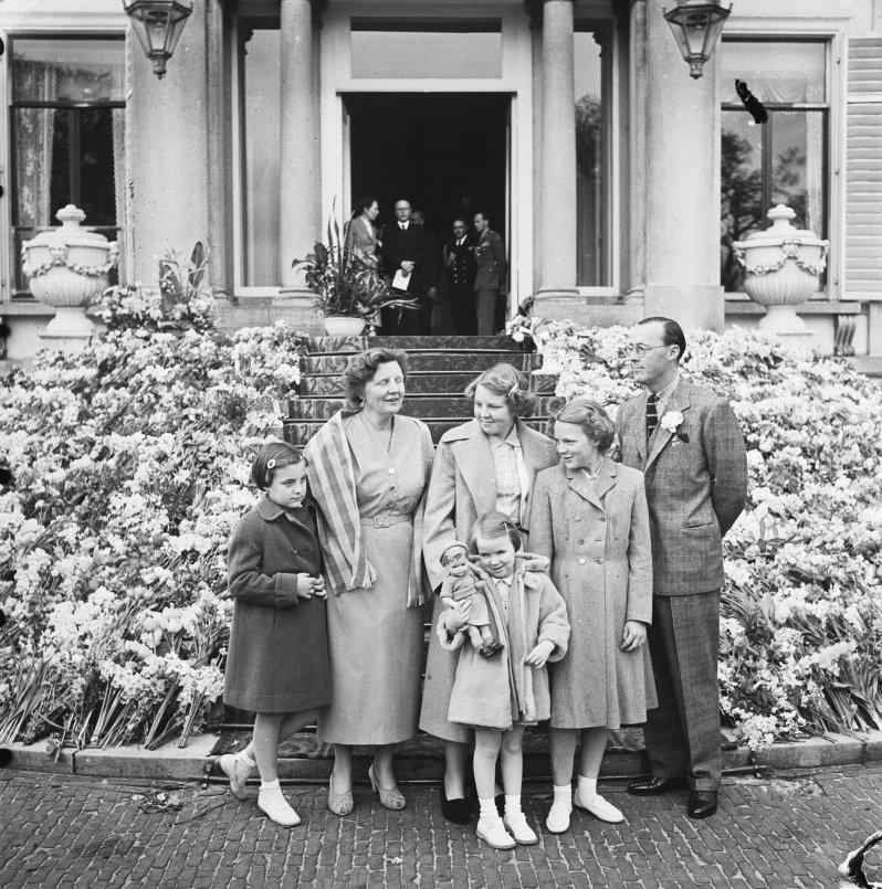Die niederländische Königsfamilie im Jahr 1953. Prinzessin Margriet, Königin Juliana, Prinzessin Beatrix, Prinzessin Irene und Prinz Bernhard. Vorne: Prinzessin Christina.  ©Nationaal Archief, Noske, J.D. / Anefo,CC0