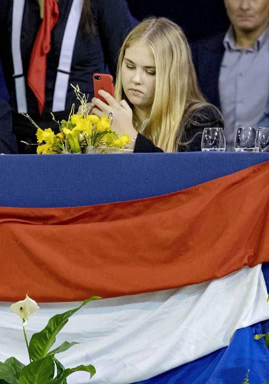 Prinzessin Amalia schießt fleissig Fotos mit ihrem Smartphone.  ©imago/PPE