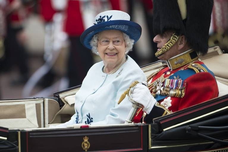 Queen Elizabeth lacht über die schrägen Witze von Prinz Philip, er akzeptiert, dass er nur die zweite Geige spielt.  ©imago/Reporters
