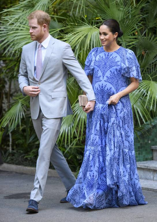 Herzogin Meghan trägt ein blaues Kleid von Carolina Herrera. Allerdings wurde es etwas abgeändert. Das ursprüngliche Design hatte durchsichtige Ärmel.  ©imago
