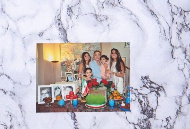 Das Foto zeigt Farah Diba mit ihren Enkelinnen und ist schon ein paar Jahre alt. ©ADELSWELT