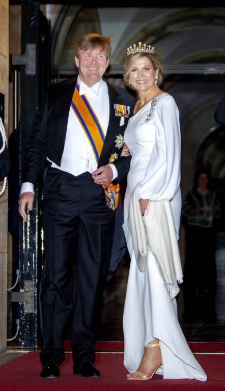 Königin Maxima und König Willem-Alexander stellten sich den Fotografen vor dem Palast in Amsterdam.  ©imago images / PPE