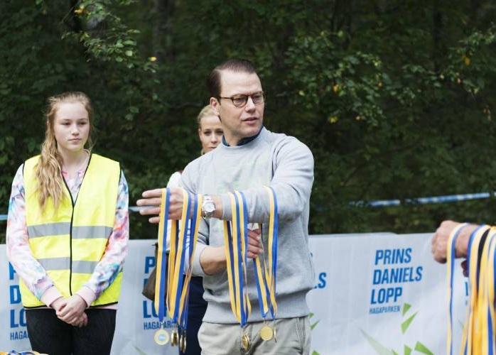 """Prinz Daniel hat sich in den letzten Jahren immer mehr aus dem Schatten seiner Ehefrau befreit. Er betreut viele Projekte allein, wie hier den Wettkampf """"Prins Daniel Lopp"""" ©imago images / Bildbyran"""