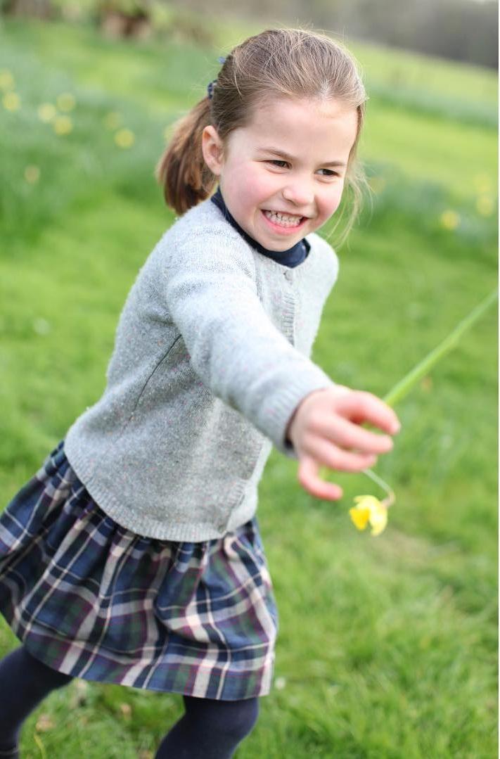 Prinzessin Charlotte hat ein kleines Blümchen gepflückt. Wem sie das wohl gerne schenken möchte?  ©Herzogin Kate / Kensington Palace