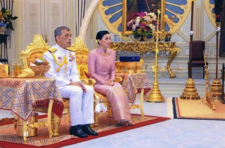 Das neue Königspaar von Thailand: König Rama X. und Königin Suthida haben am 1. Mai geheiratet. Im Dusit-Palast unterschrieben sie die dazu nötigen Papiere.  ©imago images / Xinhua