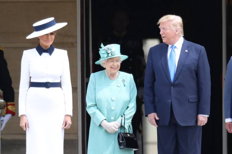 """Queen Elizabeth begrüßte Donald Trump und seine Frau Melania im Buckingham Palace. """"Lächeln ist die eleganteste Art, seinen Gegnern die Zähne zu zeigen"""", sagte übrigens schon Werner Finck …  ©imago images / i Images"""