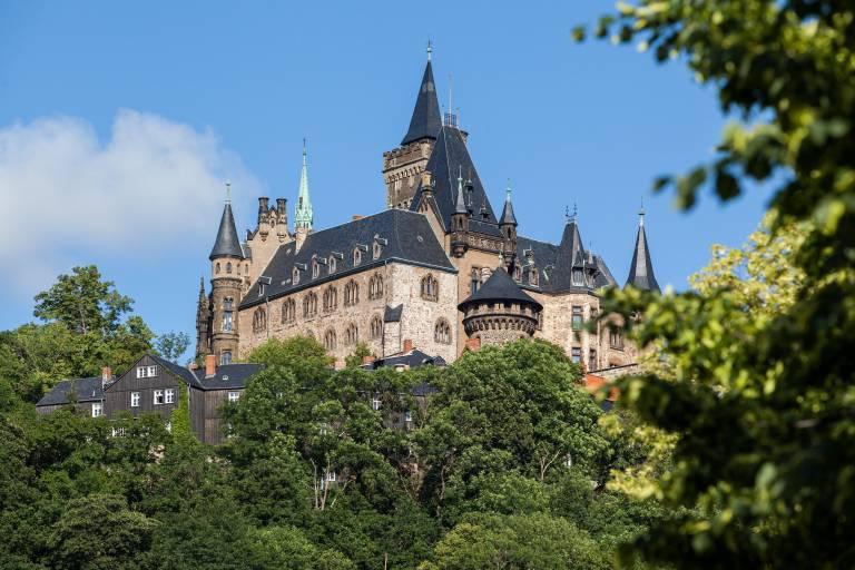 Hoch oben über der Stadt Wernigerode thront das Schloss auf dem Agnesberg.  © imago images / Panthermedia