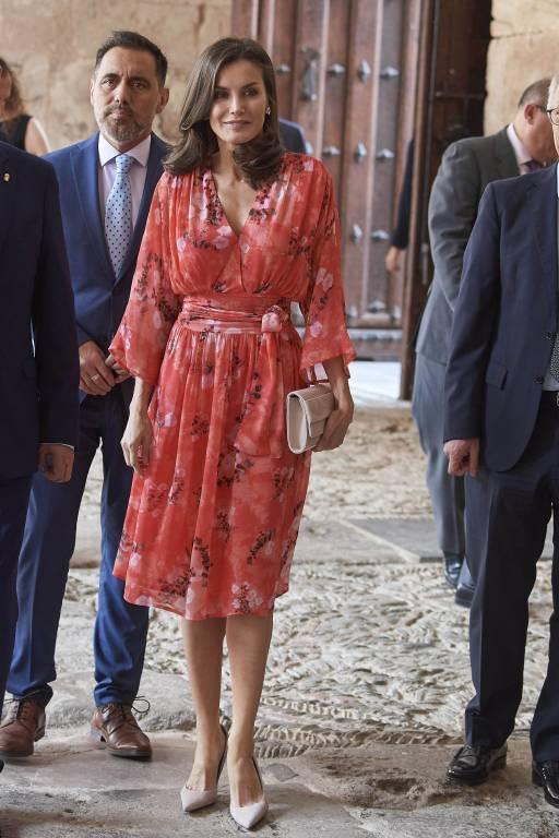 Das florale Sommerkleid stammt vom spanischen Designer Adolfo Domínguez. ©imago images / ZUMA Press