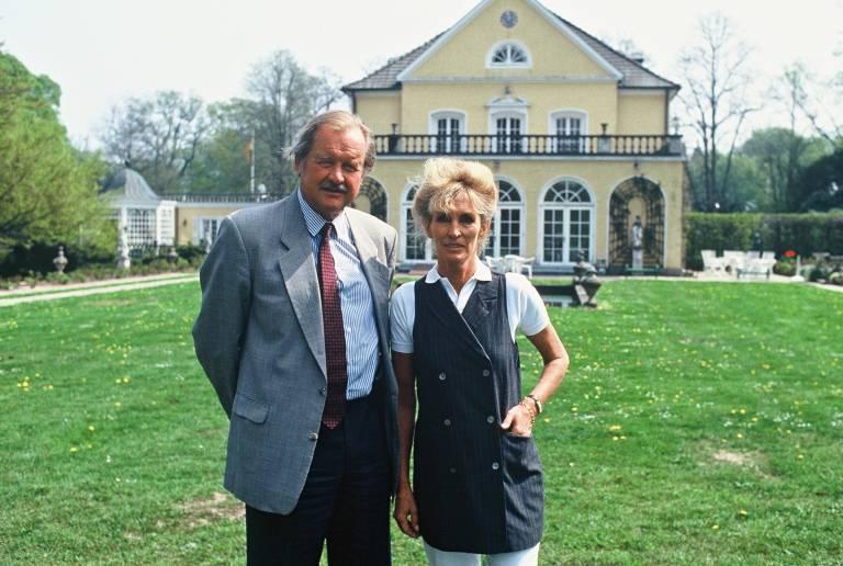 Fürst Ferdinand von Bismarck und seine Ehefrau Elisabeth vor dem Familiensitz Friedrichsruh, nahe Hamburg.  ©imago images / United Archives