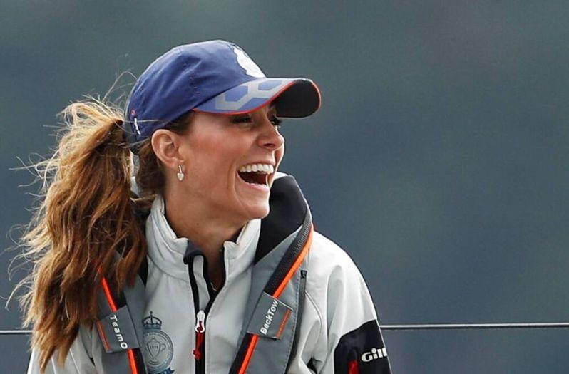 Braungebrannt und gut gelaunt: Herzogin Kate hat sichtlich Spaß bei der Segel-Regatta.  © imago images / i Images