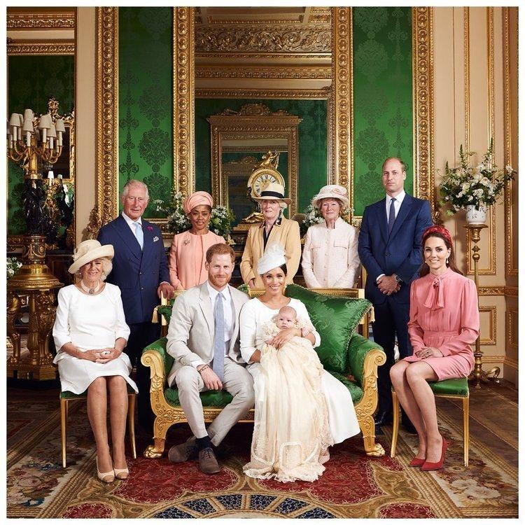 Lady Sarah McCorquodale (links neben Prinz William) trifft ihren Ex Prinz Charles bis heute regelmäßig bei Familienfesten.   ©️ SussexRoyal, Chris Allerton