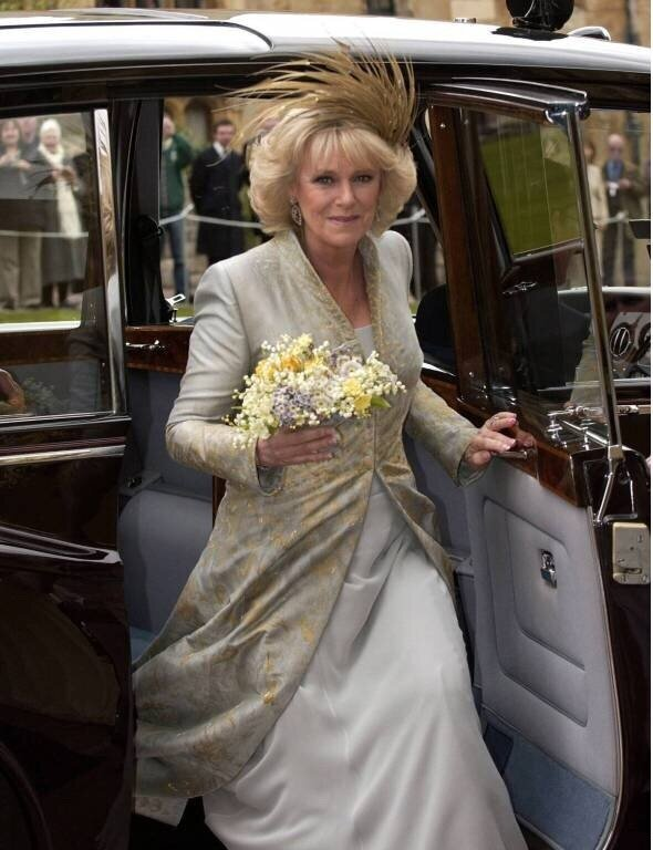 Herzogin Camilla trug bei ihrer Hochzeit mit Prinz Charles im Jahr 2005 einen Hut mit Federn, die ebenfalls von Heide und Gerold Steyer gefertigt wurden.  © imago images / ZUMA Press
