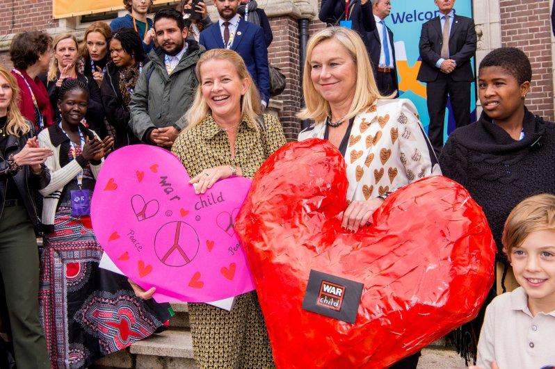 8. Oktober 2019   Eine echte Herzensangelegenheit führte Prinzessin Mabel nach Amsterdam. Die Witwe von Prinz Friso besuchte eine Konferenz zum Thema psychische und psychosoziale Gesundheit. Mabels Stahlen verrät: Ihr geht es so richtig gut.  © picture alliance / Dutch Press Photo/Cover Images