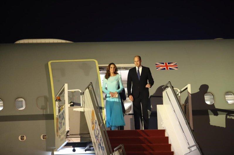 Tag 1: Am Montag landeten Herzogin Kate und Prinz William in der Landeshauptstadt Islamabad. Ihre drei Kinder Prinz George, Prinzessin Charlotte und Prinz Louis haben sie zu Hause bei ihrem Kindermädchen gelassen.  © picture alliance / AA