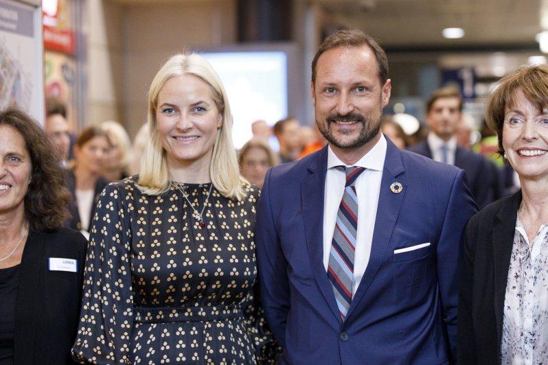 Am Montag besuchten Kronprinzessin Mette-Marit und Kronprinz Haakon die Buchhandlung Ludwig im Kölner Hauptbahnhof. Schaulustige warteten bereits gespannt auf das norwegische Paar. Die dreifache Mutter trägt ein Seidenkleid von byTiMo.  ©picture alliance/Geisler-Fotopress
