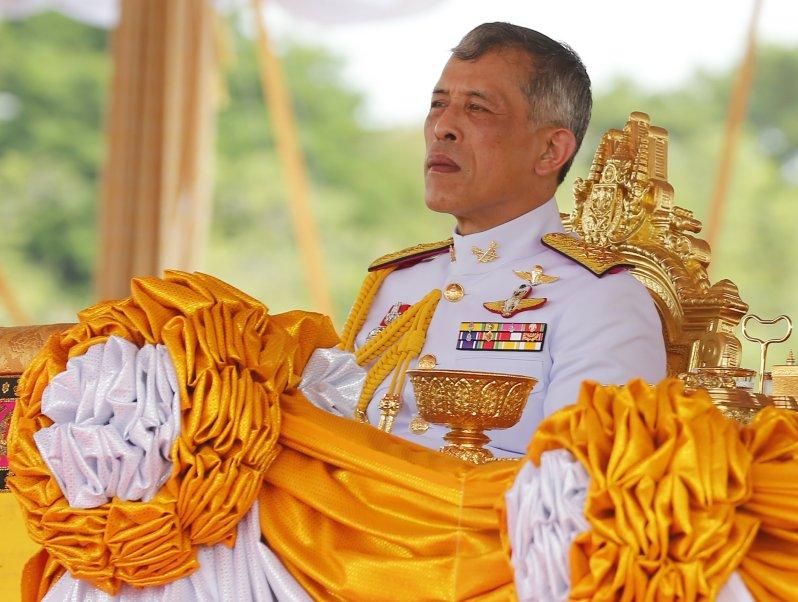 König Rama von Thailand hat seiner Geliebten Sineenat Wongvajirapakdi wichtige Privilegien entzogen.  © picture alliance/ZUMA Press