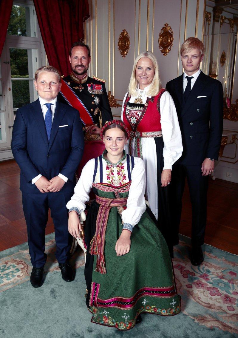 Mette-Marit brachte Sohn Marius mit in die Ehe. Gemeinsam mit ihrem Mann Kronprinz Haakon bekam sie noch die Kinder Ingrid Alexandra und Sverre Magnus.  © picture alliance / AP Images