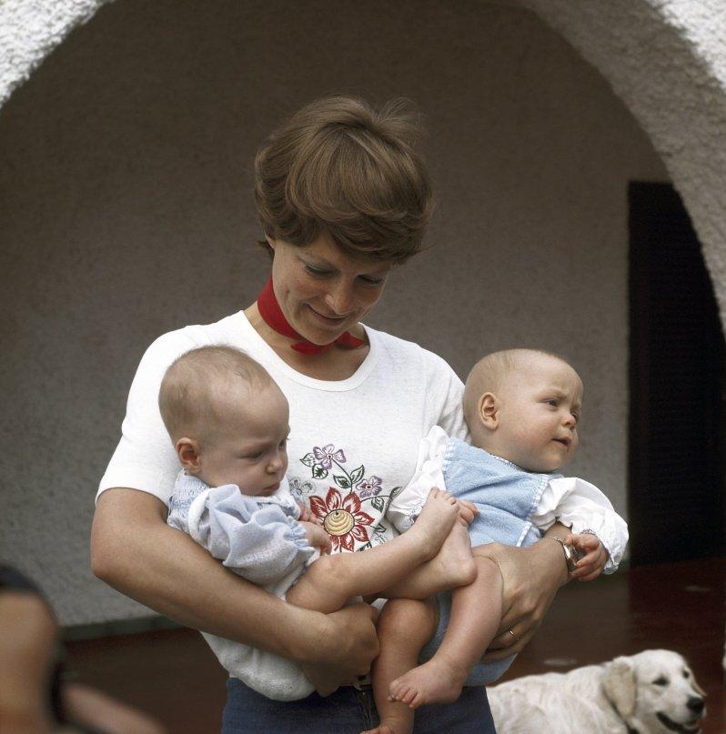 Prinzessin Irene hatte alle Hände voll zu tun mit ihren Zwillingen Margarita und Jaime. © dpa / Benelux-Press