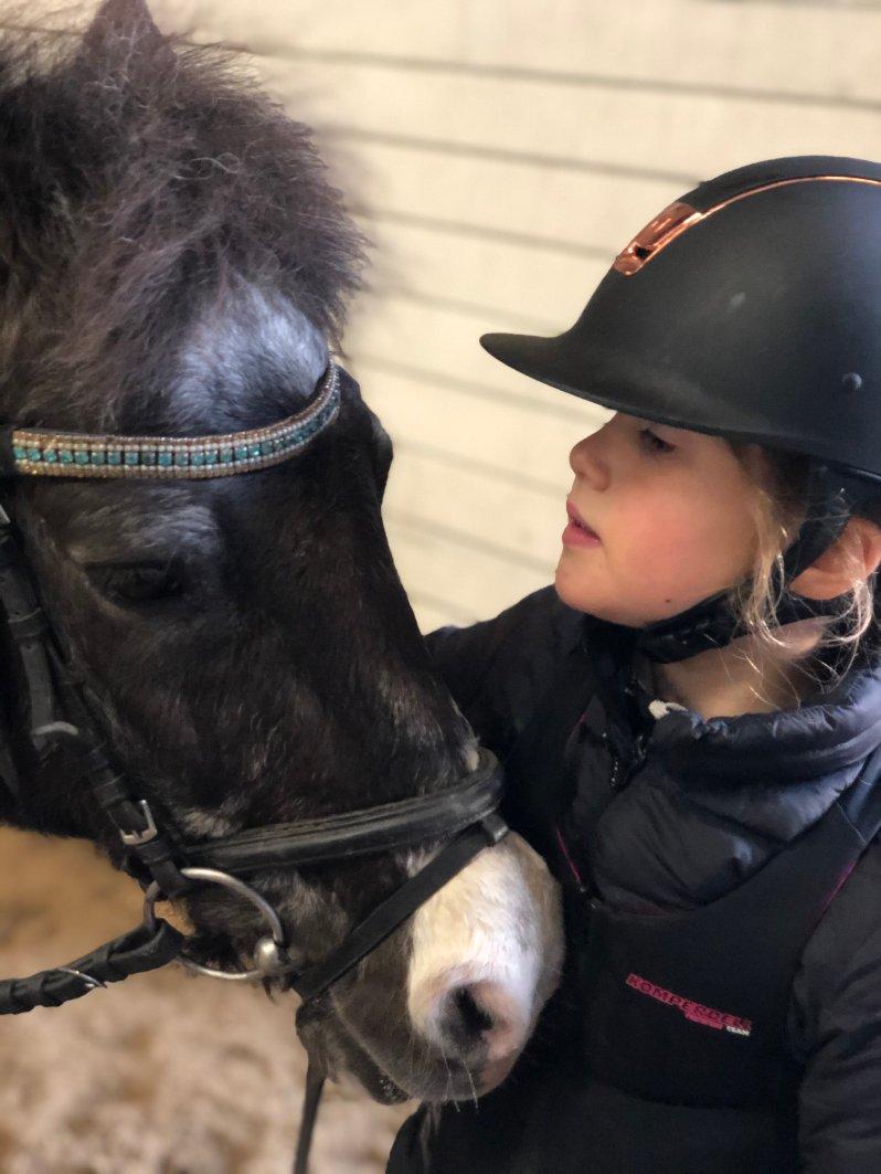 Obwohl sich Prinzessin Josephine beim Reiten schon einmal den Arm gebrochen hat, liebt sie Pferde bis heute.  © Kronprinzessin Mary