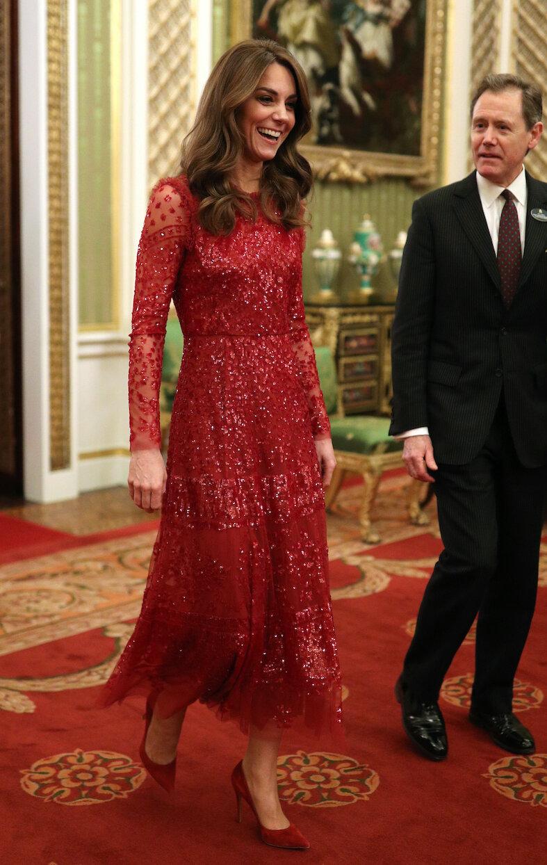 Wow! Herzogin Kate begeistert in ihrer roten Robe.  © picture alliance / empics