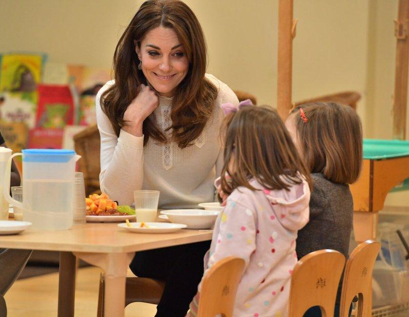 Herzogin Kate servierte den Kindern ein gesundes Frühstück und hatte viel Spaß mit den aufgeweckten Kleinen.  © picture alliance / Photoshot
