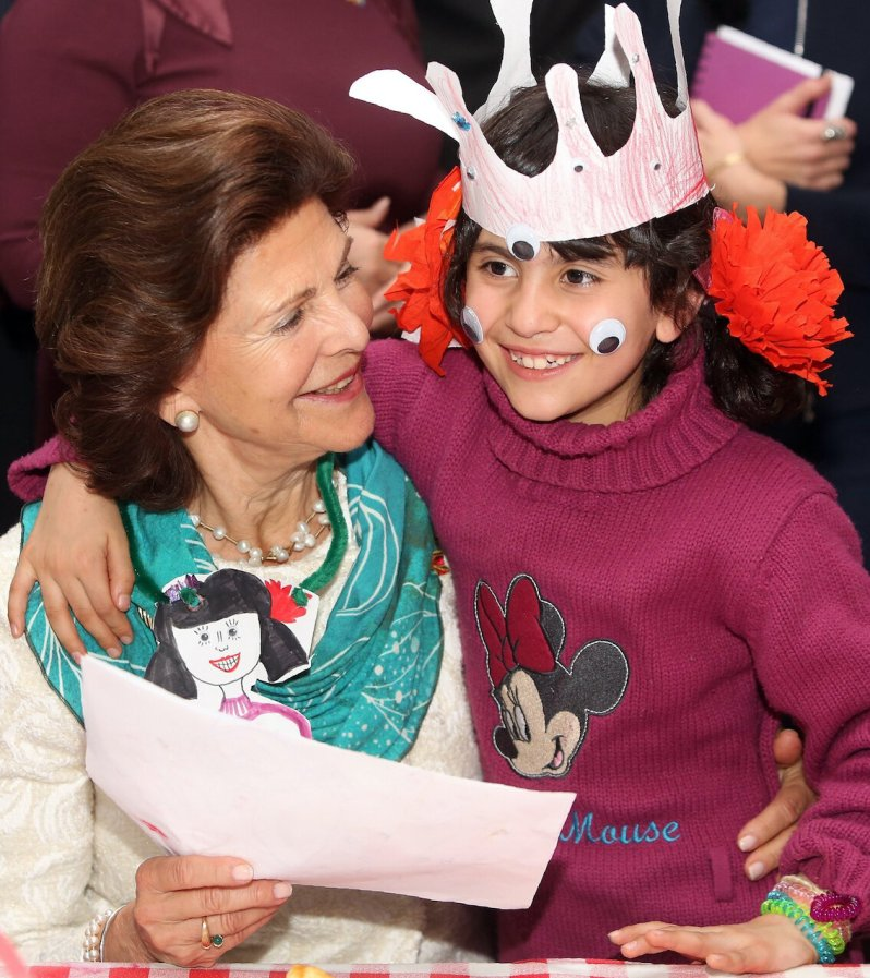"""Königin Silvia besucht das Flüchtlingsprojekt """"Refugio"""" in Berlin. Das syrische Flüchtlingsmädchen Fatima hat sie sofort ins Herz geschlossen.  © dpa"""