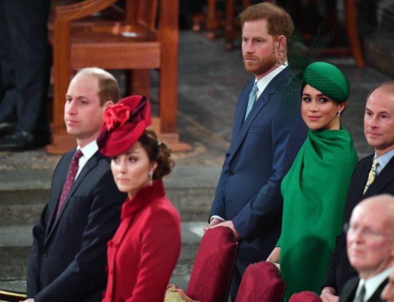 Prinz William und Herzogin Kate sitzen in der ersten Reihe neben Queen Elizabeth. © picture alliance / empics