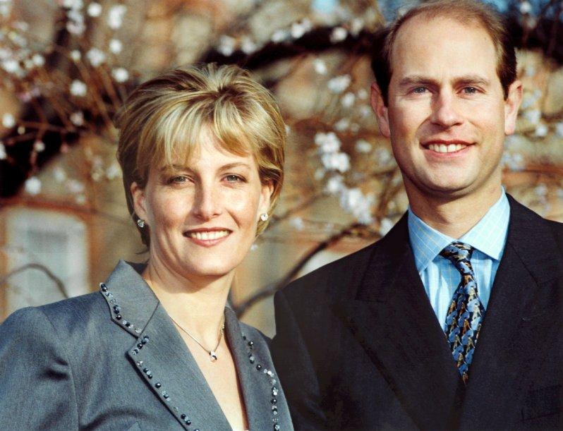 Nicht unbedingt das romantischste Motiv: Für seine Verlobung wählte Edward eine Krawatte mit Matadoren. © dpa - Fotoreport