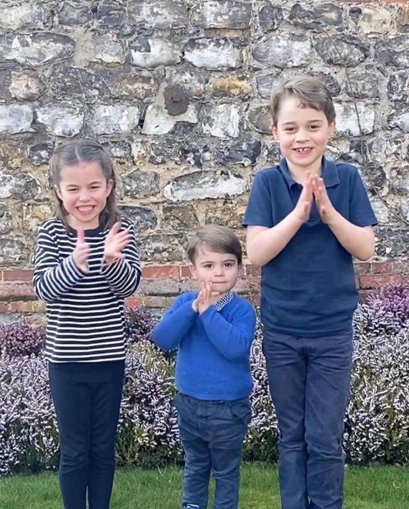 Prinzessin Charlotte, Prinz Louis und Prinz George applaudieren den fleißigen Helfern in der Coronakrise.  © picture alliance / empics