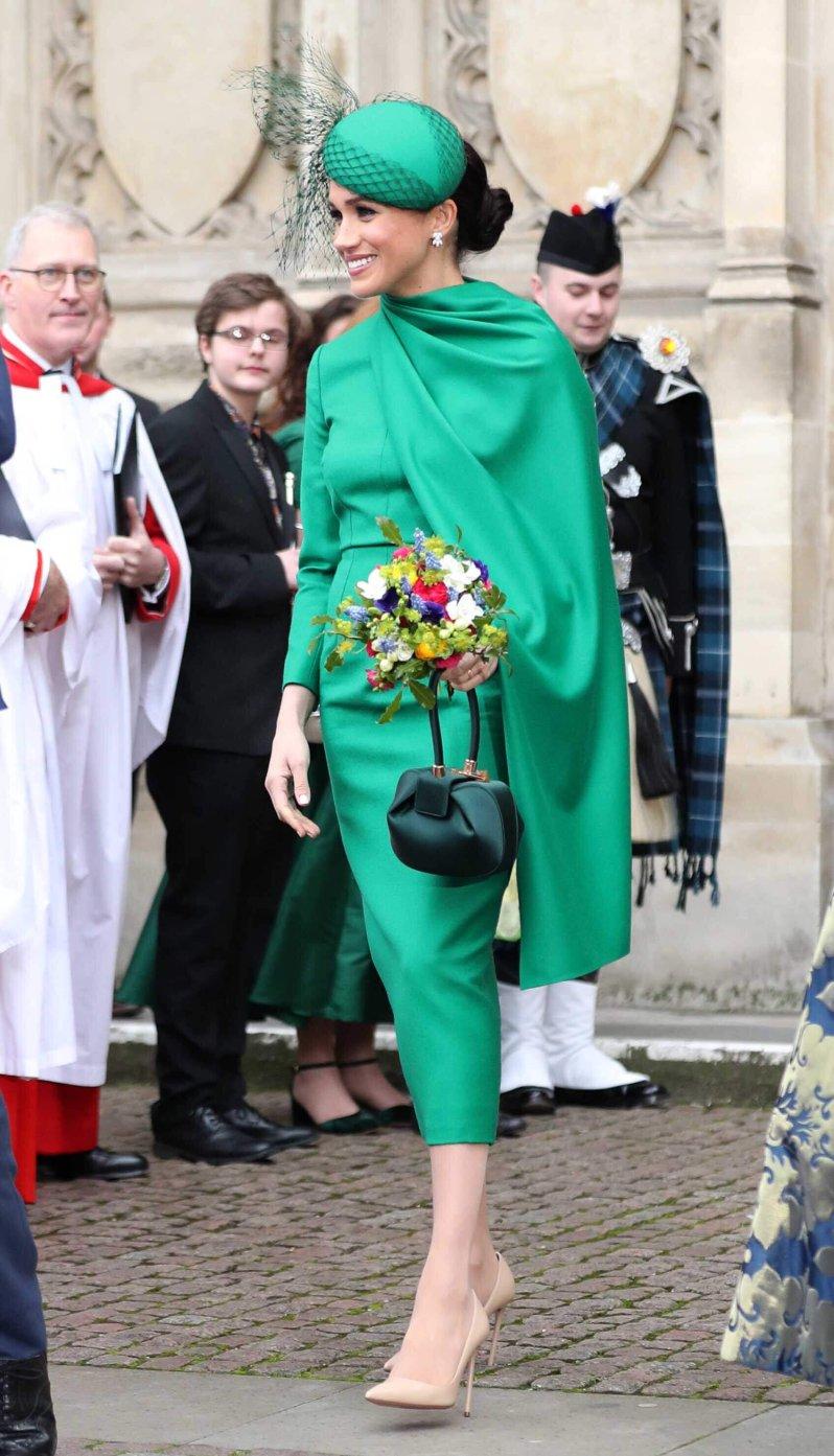 Herzogin Meghan wählte am Commonwealth Day ein grünes Cape-Kleid von Emilia Wickstead . Es war ihr letzter offizieller Termin für die Königsfamilie und mit der Queen. © picture alliance / empics