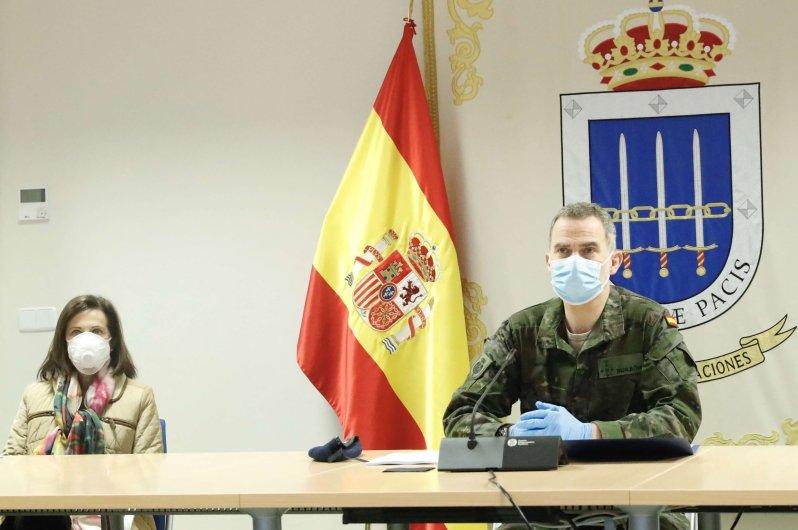 Kein Platz für unnötige Eitelkeiten: König Felipe wendet sich mit Atemschutzmaske an die Streitkräfte und bedankt sich für ihren Einsatz. © picture alliance/MediaPunch