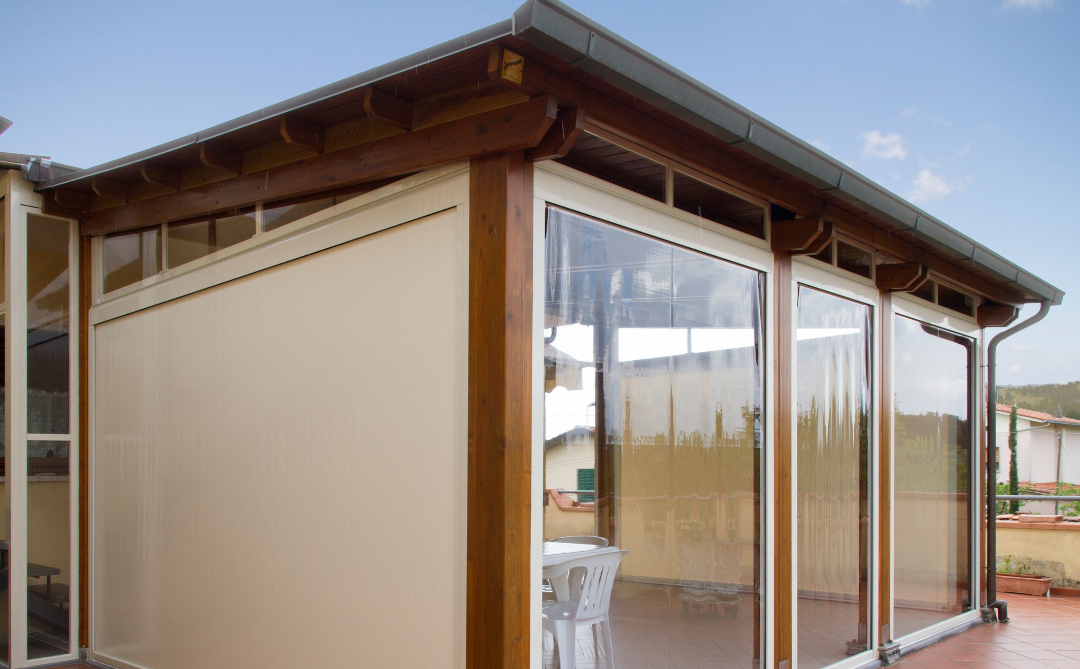 Le tende da sole per esterni con struttura a bracci, sono perfette proprio per avere una buona copertura per proteggerci dall'umidità. Tende Da Sole Chiusure Zip In Pvc Fabbi