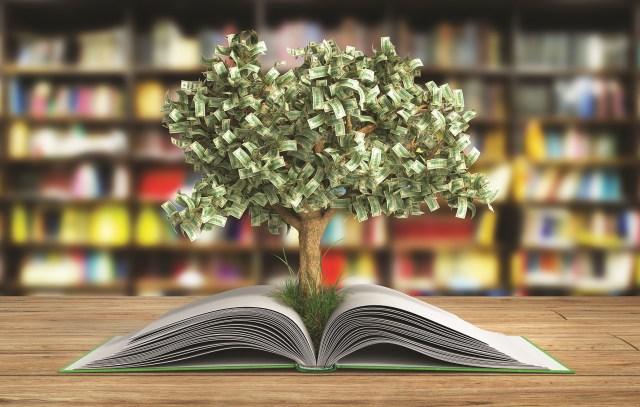 premios literarios mejor remunerados - La industria editorial es, sin duda, una de las más grandes y las que más dinero mueve en el mundo. Solo el año pasado, la industria editorial supuso para las editoriales más de 26 billones de dólares en ganancia en todo el mundo. Conoce los premios literarios que más pagan en el mundo a sus escritores.
