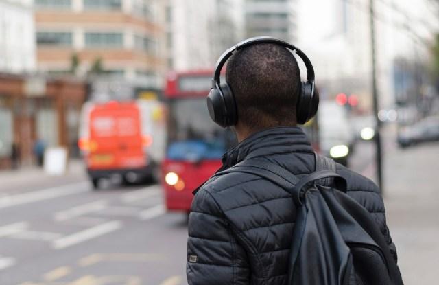 7 podcast literarios - ¿Habías imaginado la literatura en un podcast?Con la reciente popularidad del formato de audio podcast, era de esperar que los libros también ocuparan su espacio allí.Por eso, en este artículo conocerás los mejores podcast literatura en español gratis disponibles en las plataformas de podcast Spotify, Apple Podcast, Ivoox, Soundcloud y más.
