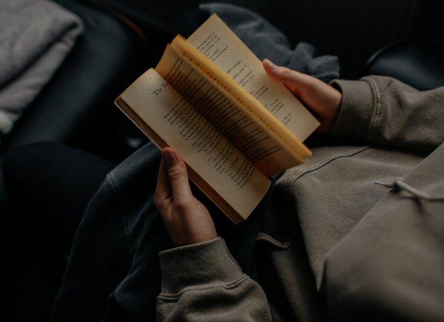 15 horas leyendo - ¿Cuánto podrías leer en 15 horas?Esta pregunta me la hice y la quise responder de una forma única: haciendo una maratón de lectura de 15 horas.Pero, ¿lo volvería a hacer?En este blog te cuento sobre esta experiencia, sobre los libros que leí, cuánto pude leer y otras cosas más.