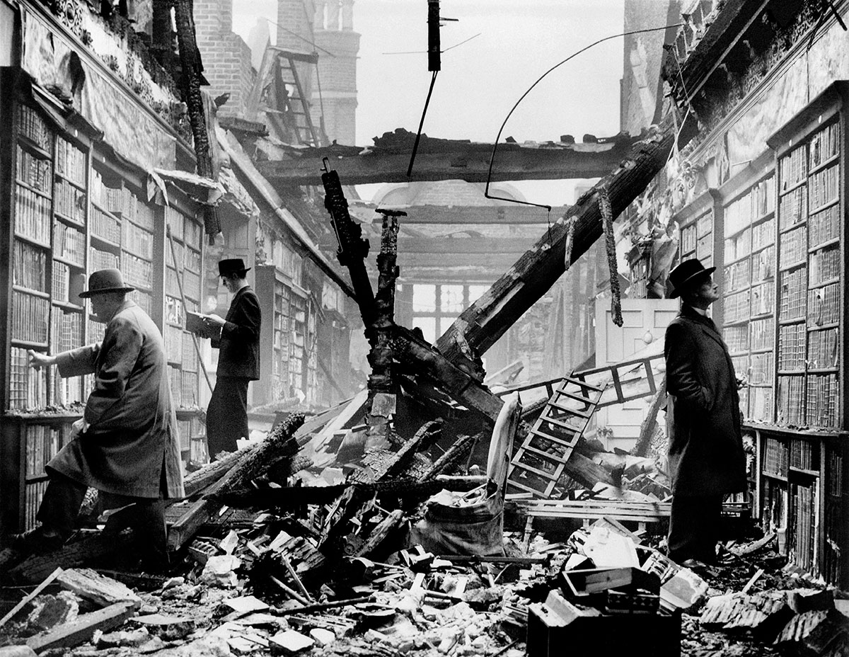 Composición fotográfica. Biblioteca en Londres tras bombardeo de la aviación nazi, II guerra mundial.
