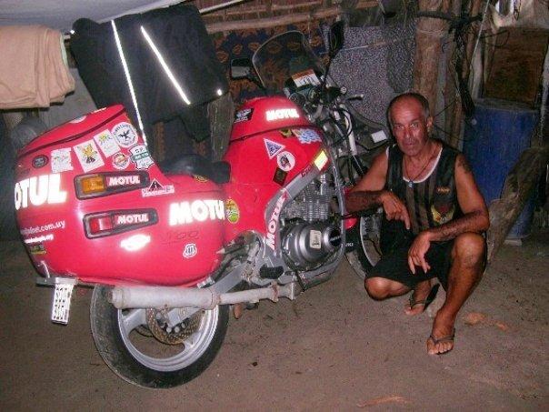 """Pocho y su """"Suziki 500"""" en una aldea kuna."""