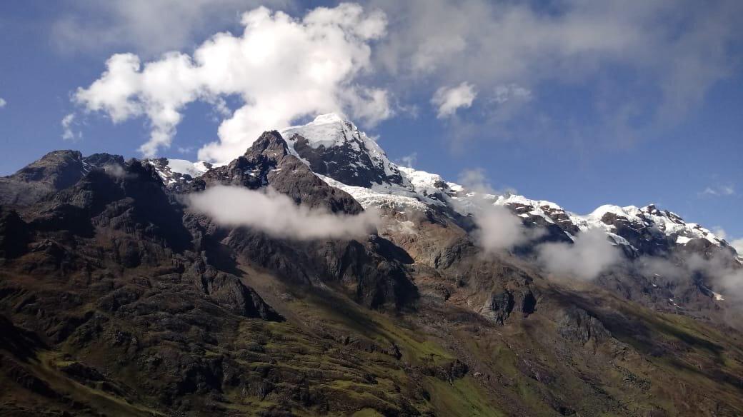 """""""...no se te ocurra decirle """"cerro"""" que se molesta – el Apu Chicón, que coronado en nieve se levanta a un lado del río Wilkamayu..."""""""