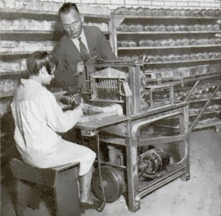 St._Louis_electrical_bread_slicer_1930.png