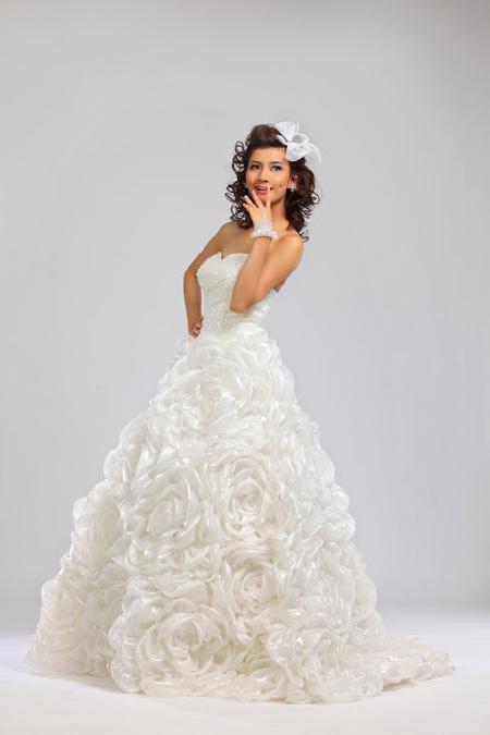 Xu hướng thời trang áo cưới mùa xuân 2012