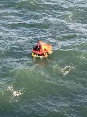 Drei Fischer in einem Rettungsboot wurden am Samstag von der Crew der Princess Cruise Lines Pacific Princess gerettet