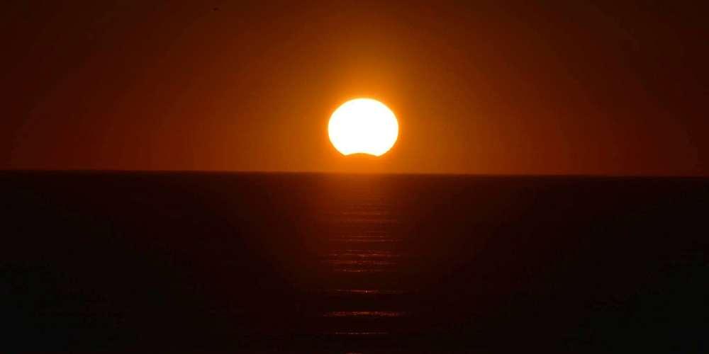 L'éclipse solaire photographiée depuis les plages du Sud-Ouest