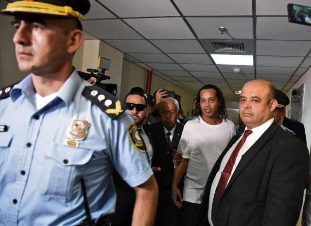 La police paraguayenne a perquisitionné l'hôtel où logeaient les deux hommes et les enquêteurs y ont découvert de faux passeports confectionnés dans la capitale paraguayenne il y a quelques mois.