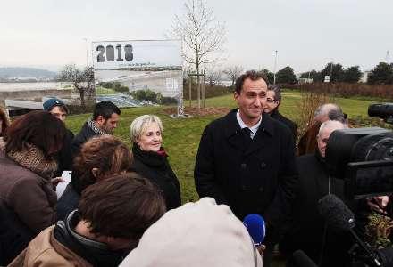 Hier matin, sur le rond-point Bosc, devant l'affiche du futur pont. Ci-contre, le projet retenu de Rem Koolhaas.